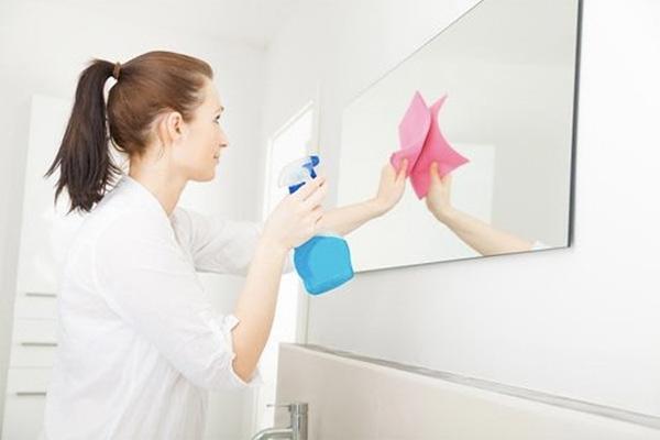 Cách vệ sinh gương nhà tắm bị ố lâu ngày sạch bóng như vừa mới mua